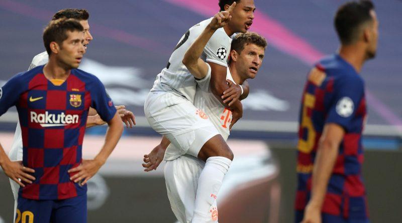 Футболисты Баварии праздную забитый гол в ворота Барселоны