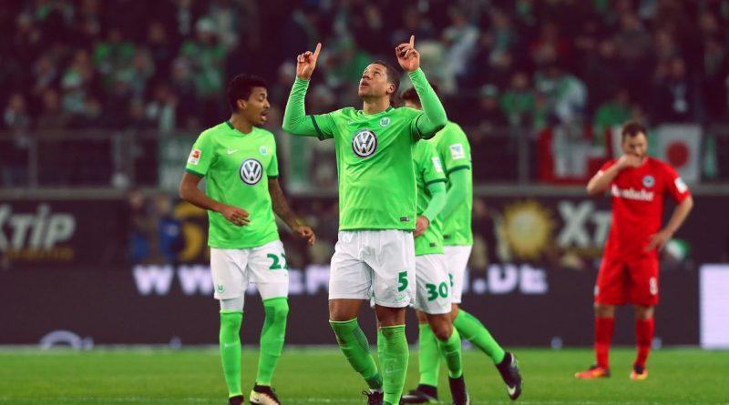Игрок немецкой команды Вольфсбург празднует гол, забитый в ворота соперника